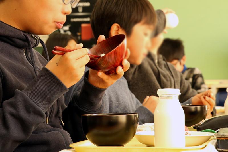 2017年3月 町田市立南大谷小学校にて、弊社スタッフが漆器の体験授業を行いました。